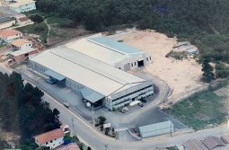aerial image of 5 estrelas papeis e embalagens in the 2000s, contains 2 sheds in gray and blue color plus parking for cars.